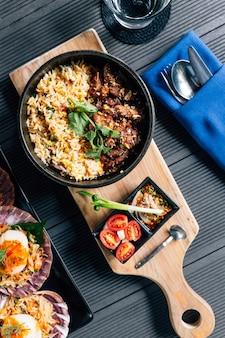 La vista superior del arroz frito asado a la parrilla estilo tailandés del cerdo sirvió con la salsa de inmersión picante tailandesa.