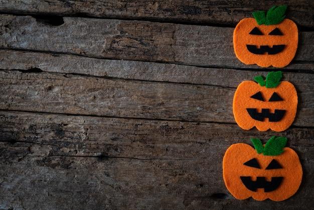 Vista superior de los artes de halloween, calabaza anaranjada en fondo de madera.