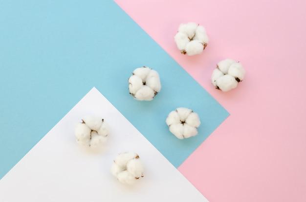 Vista superior de artículos de algodón en colores de fondo