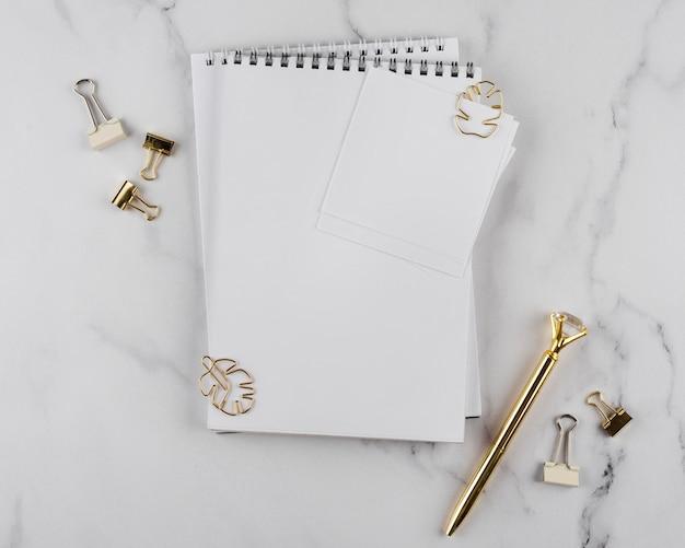 Vista superior de artículos de escritorio en mesa de mármol