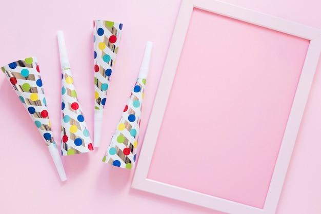 Vista superior de artículos de fiesta sobre fondo rosa