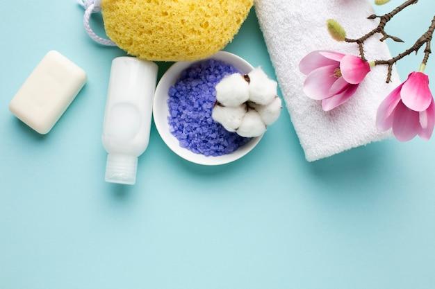 Vista superior de artículos de higiene personal.