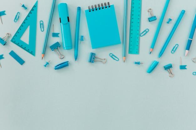 Vista superior de artículos de papelería de oficina con espacio de copia