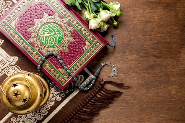Vista superior de los artículos tradicionales árabes para la oración.