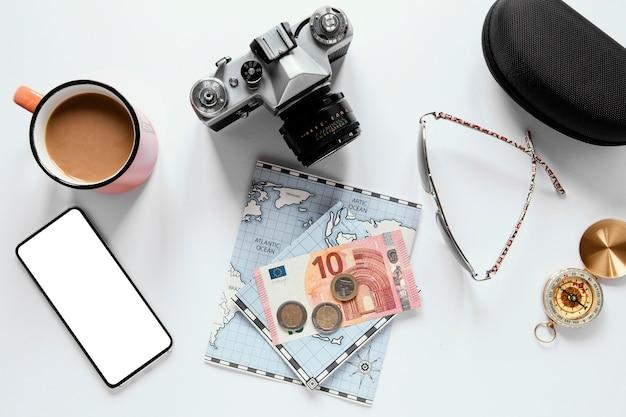 Vista superior de artículos de viaje y taza de café.