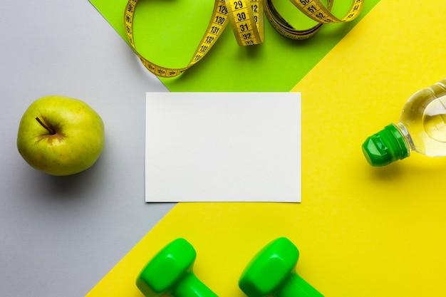 Vista superior de atributos deportivos y maquetas de papel
