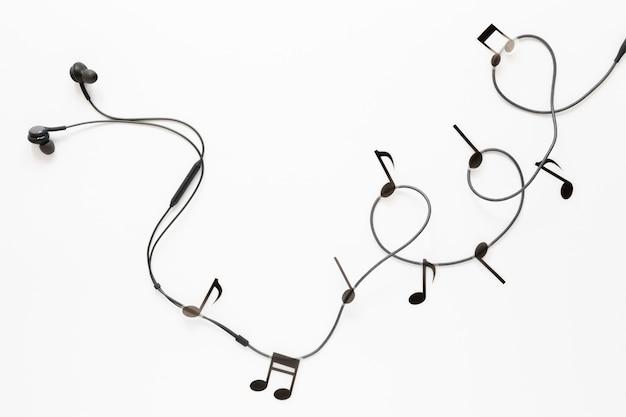 Vista superior de auriculares con notas musicales