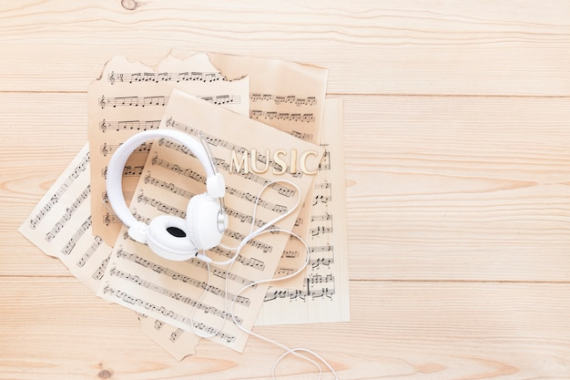 Vista superior de auriculares con partituras