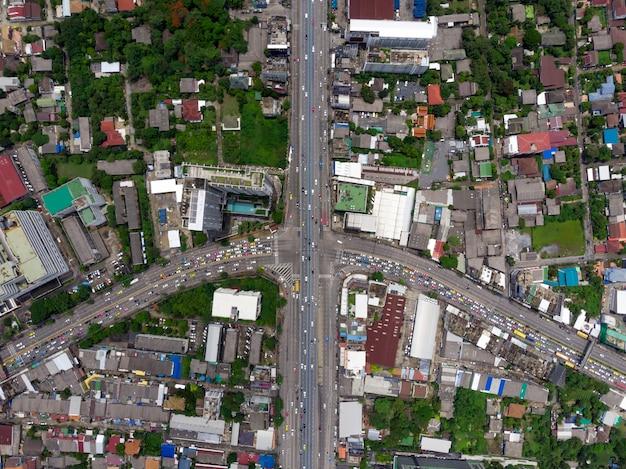 Vista superior de la autopista, el tráfico por carretera una infraestructura importante en tailandia