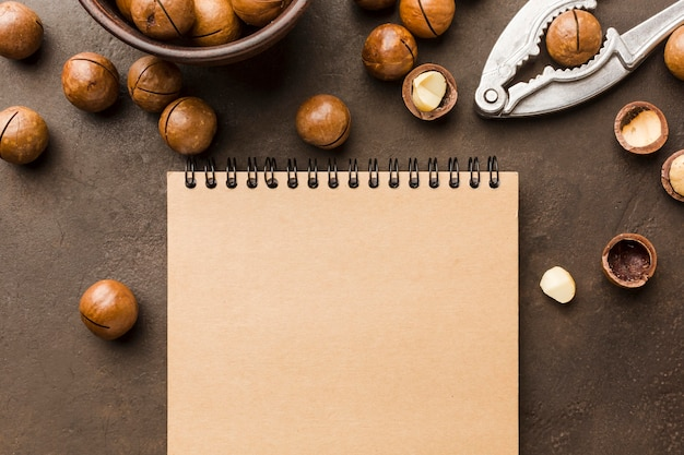 Vista superior avellanas tostadas con bloc de notas