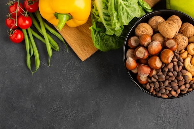 Vista superior de avellanas con verduras