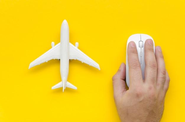 Vista superior del avión al lado de la mano con el mouse