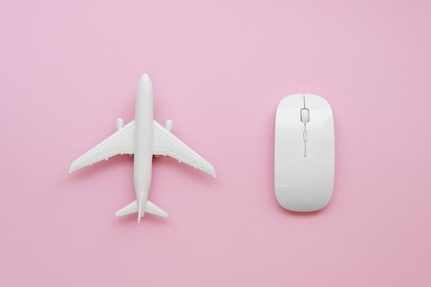 Vista superior del avión al lado del mouse
