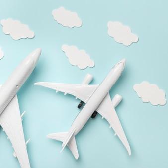 Vista superior del avión juguetes sobre fondo azul.