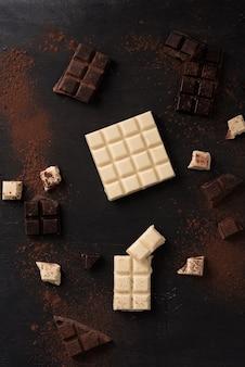 Vista superior de azulejos de barra de chocolate estrellados blancos y oscuros