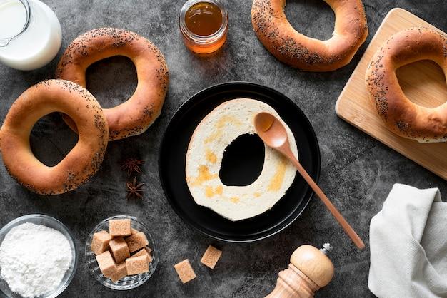 Vista superior de bagel en rodajas con miel