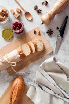 Vista superior de baguette en rodajas con mermelada y miel