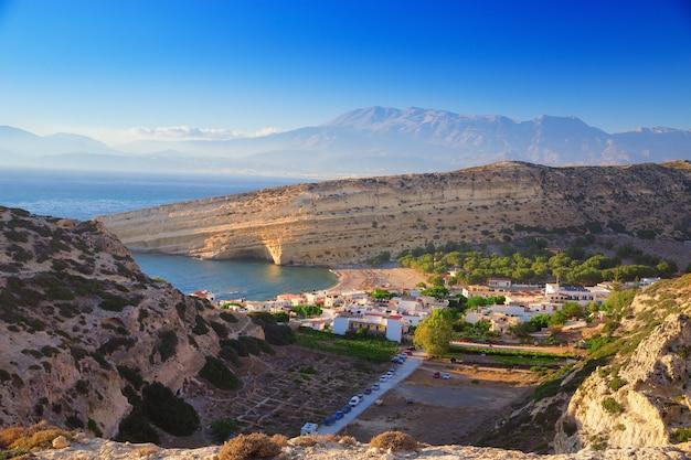 Vista superior de la bahía en la isla de creta. cuevas de matala. famosa atracción: la playa de matala.