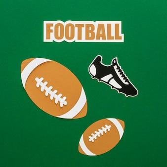 Vista superior de balones de fútbol americano con zapatillas