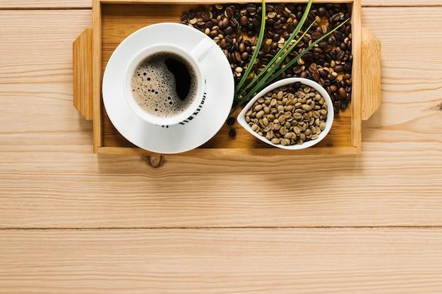 Vista superior de la bandeja de café de madera