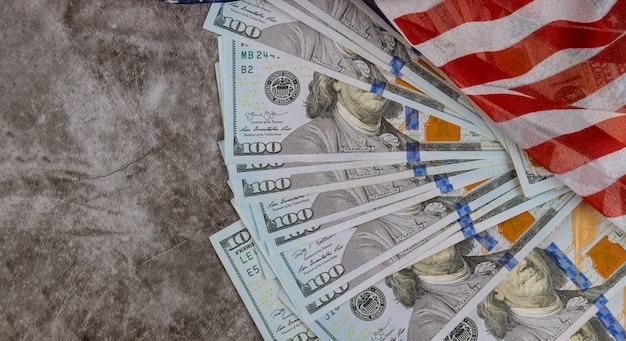 Vista superior de la bandera americana en dólares estadounidenses ee.uu. económica