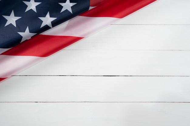Vista superior de la bandera americana en madera blanca
