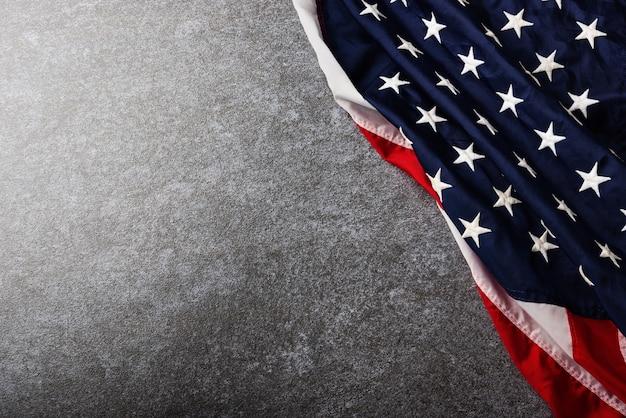 Vista superior de la bandera de estados unidos de américa, recuerdo conmemorativo y gracias de héroe