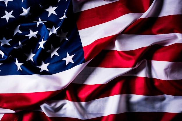 Vista superior bandera de los estados unidos de américa sobre fondo de madera