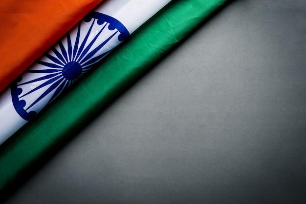 Vista superior de la bandera nacional de la india sobre fondo gris