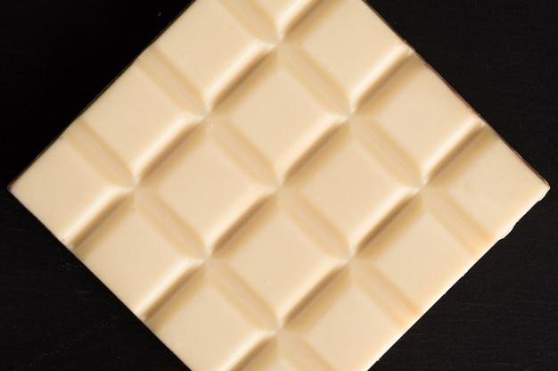 Vista superior de una barra de chocolate blanco