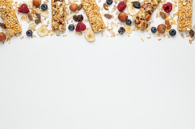 Vista superior de barras de cereales para el desayuno con frutas y espacio de copia