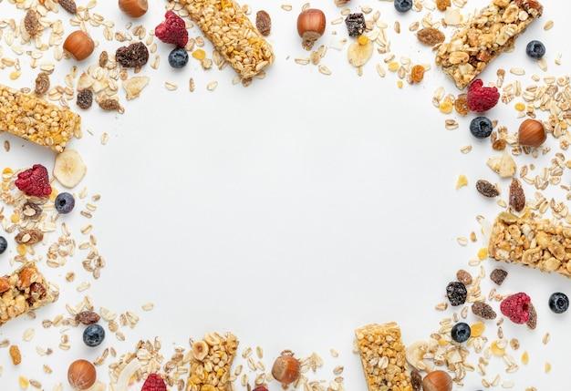Vista superior de barras de cereales para el desayuno con frutas