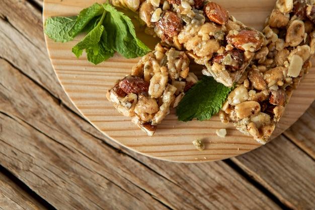 Vista superior de barras de cereales para el desayuno con nueces