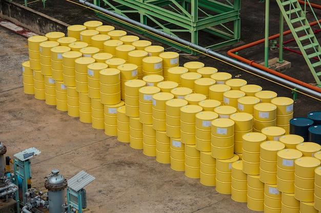 Vista superior de barriles de petróleo amarillo o tambores químicos apilados verticales