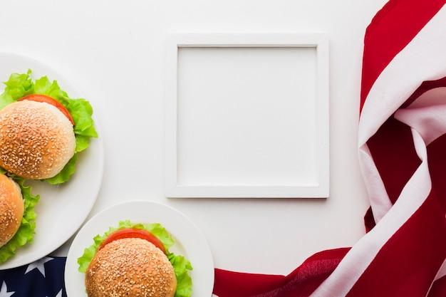Vista superior del bastidor con hamburguesas y bandera americana