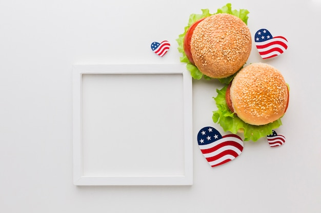 Vista superior del bastidor con hamburguesas y banderas americanas