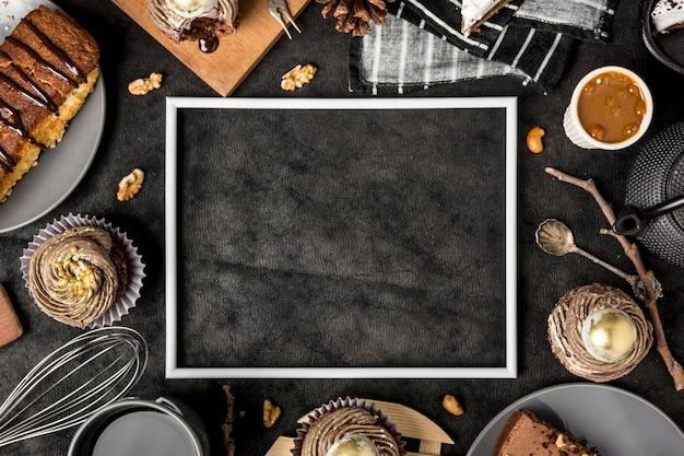 Vista superior del bastidor con pastel y cupcakes