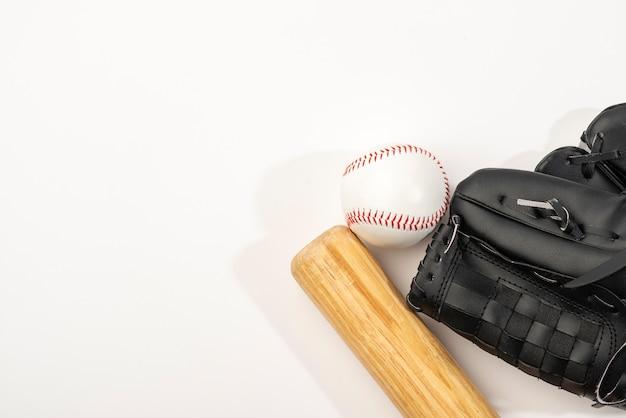 Vista superior del bate de béisbol con guante y pelota