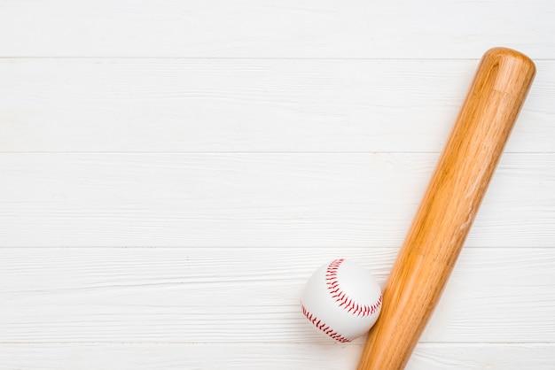 Vista superior de bate de madera y béisbol