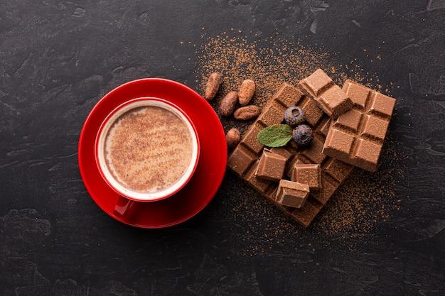 Vista superior de bebida de chocolate dulce