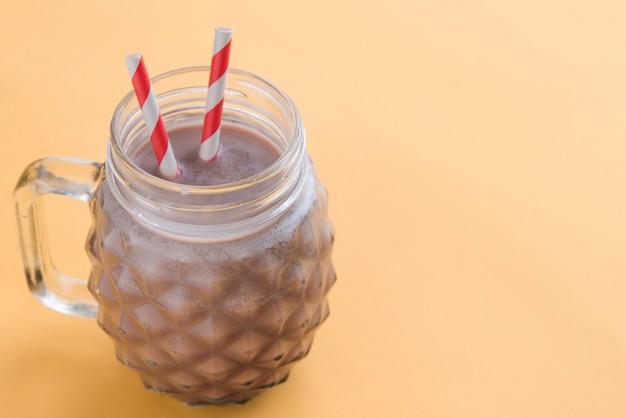 Vista superior de bebida de chocolate de verano