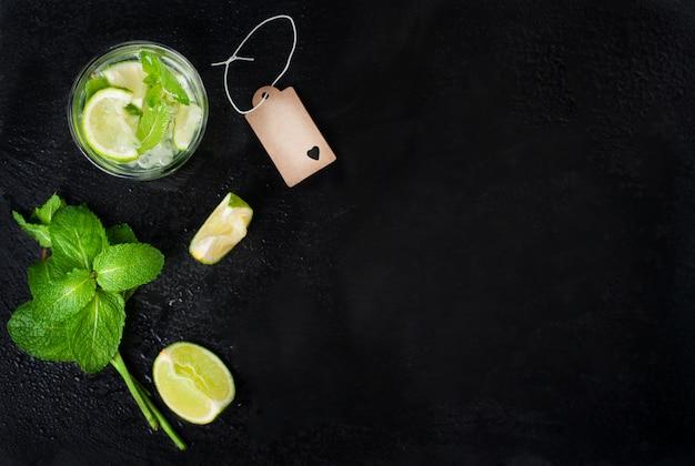 Vista superior de bebida con rodajas de limón y hierbabuena