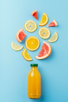 Vista superior bebida saludable con frutas.