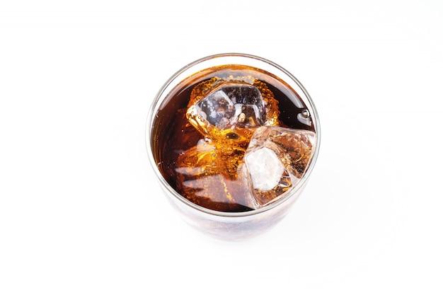 Vista superior de bebidas frías, refrescos con hielo, un vaso de cola para bebidas calientes y de verano aislado en la pared blanca