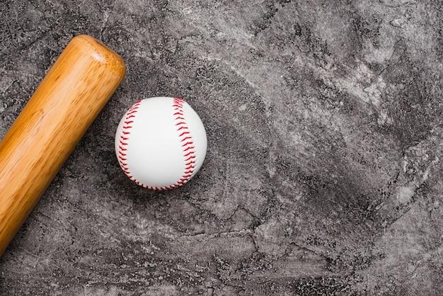 Vista superior de béisbol y bate con espacio de copia