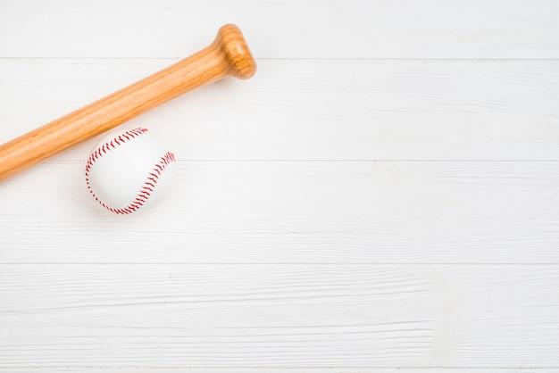 Vista superior de béisbol y bate de madera