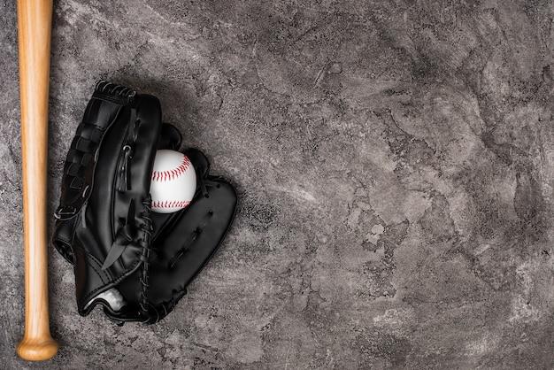 Vista superior de béisbol y guante con espacio de copia