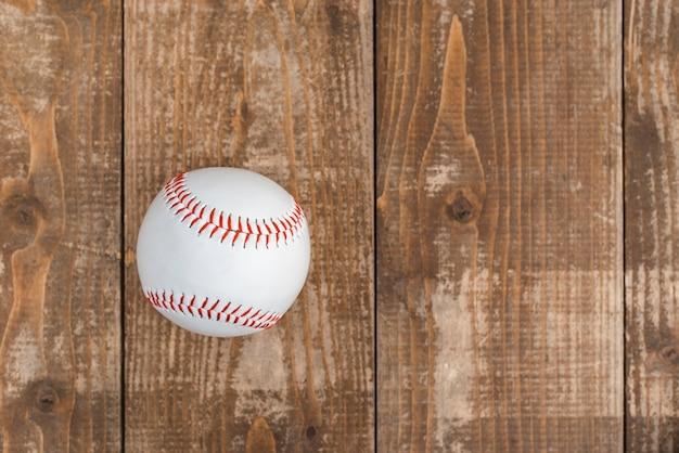 Vista superior del béisbol sobre fondo de madera
