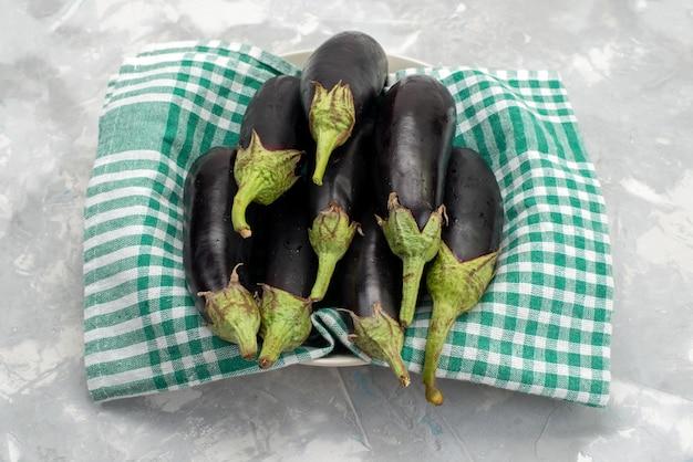 Vista superior berenjenas crudas frescas sobre el fondo blanco comida comida plato cocina vegetal