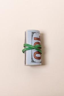Vista superior de billetes aislados sobre fondo rosa